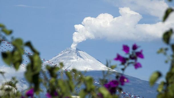 Вулканът Попокатепетъл продължава да бълва дим (ВИДЕО)