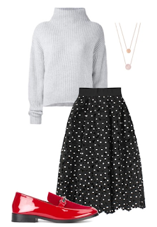 Look natal: saia midi preta com bolas brancas, camisola de malha branca e sapatos rasos de verniz vermelhos