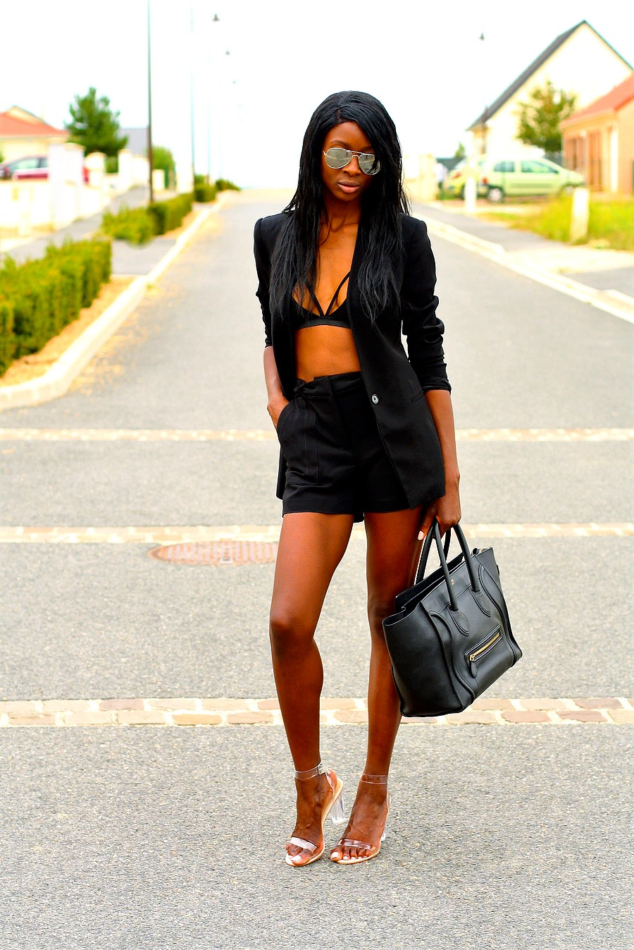 total-look-noir-talon-perspex-transparent-celine-mini-luggage-short-taille-haute-blazer-noir-brassiere