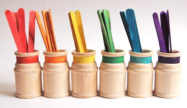 clasificar palitos de colores Montessori en casa