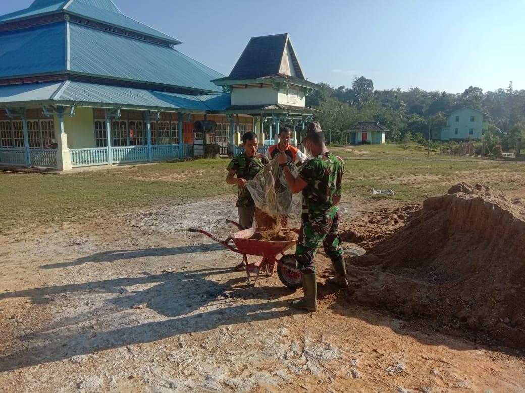 Babinsa Bantu Warga Bangun Pagar Masjid Almukhilisin