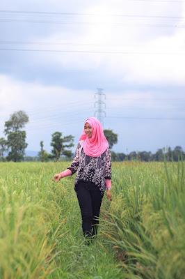 Hunting Foto Model Konsep di sawah yang sedang berbudah manis Khadijah Febrianti Rukaman