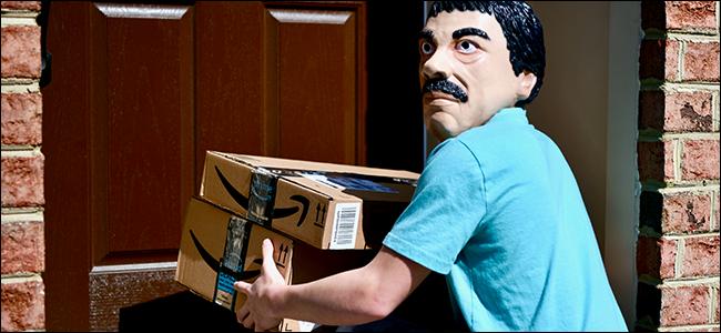 رجل ملثم غريب يسرق الحزم من منزل غير ملتمس.