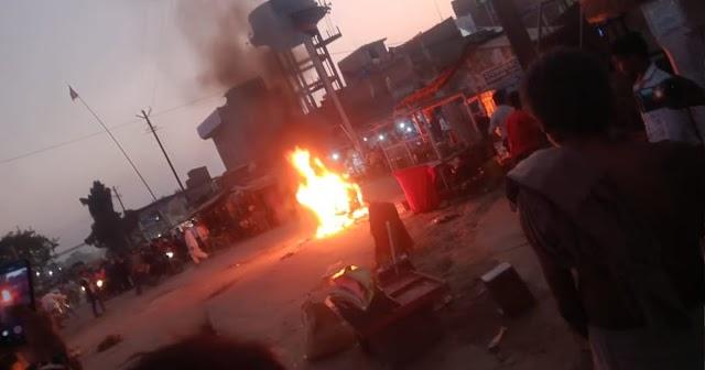 बसैठ चौक पर आपसी विवाद में युवक ने पेट्रोल छिड़क बाइक में लगा दी आग