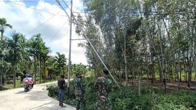 Warga Diajak Pangkas Pohon yang Ganggu Penerangan Jalan di Lokasi TMMD ke-111 Kodim 1207/Pontianak