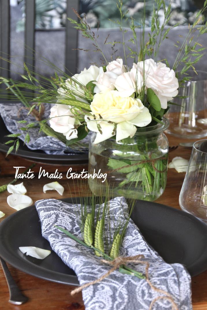 Sommerliche Tischdekoration mit Rosen und Getreide