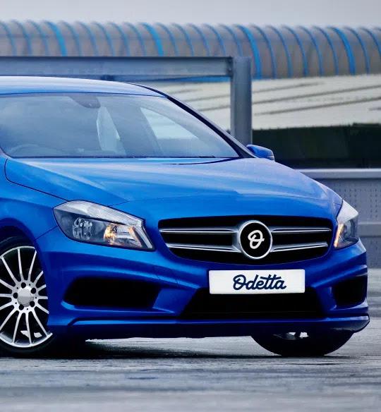 Carro deportivo de color azul