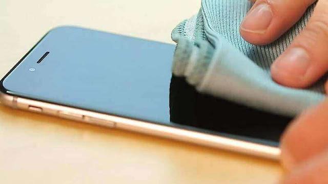 كيفية تنظيف شاشة الهاتف الخاص بك بأمان في خطوات بسيطة