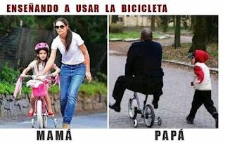Mamá jugando con bici vs papá