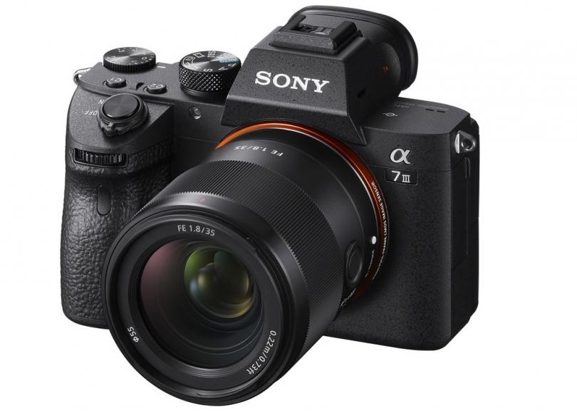 Объектив Sony FE 35mm f/1.8 с камерой Sony A7 III