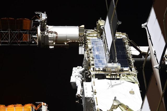 O trabalho dos astronautas da NASA na superfície externa da ISS