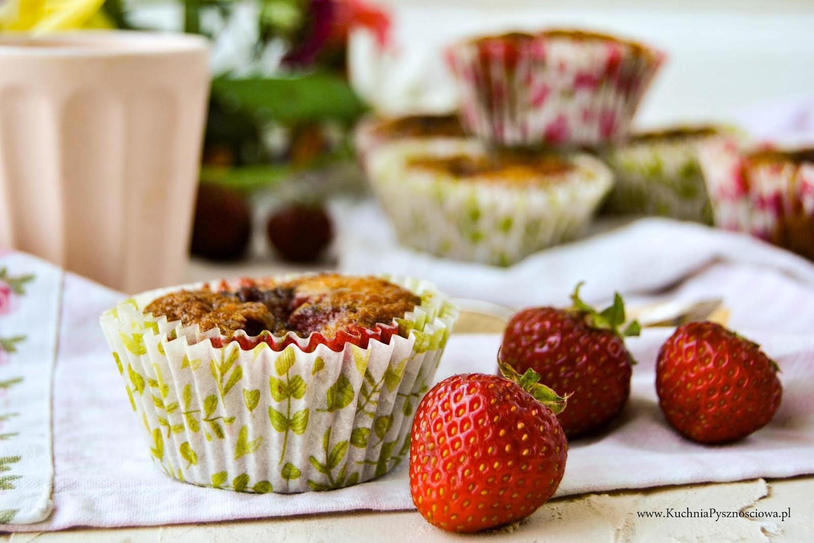 700. Migdałowe muffiny z truskawkami