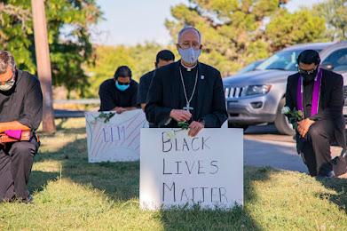 Hình do giáo phận Công giáo El Paso, TX cung cấp cảnh giám mục Mark Seitz (chính giữa) với những người khác và cầm tấm bảng Black Lives Matterquỳ