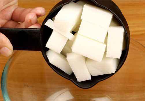 Coupez la base de savon en cubes et mettez ½ tasse dans un bol