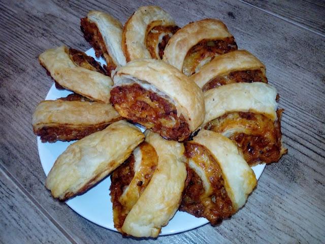 francuskie slimaczki z miesem slimaczki z ciasta francuskiego z miesem i serem ciasto francuskie na ostro wytrawnie pikantnie ciastka francuskie ciasto francuskie z miesnym farszem przekaska z ciasta francuskiego