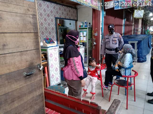 Sambil Bagikan Masker, Personel Polsek Dusel Ajak Warga Disiplin Patuhi Prokes 5M