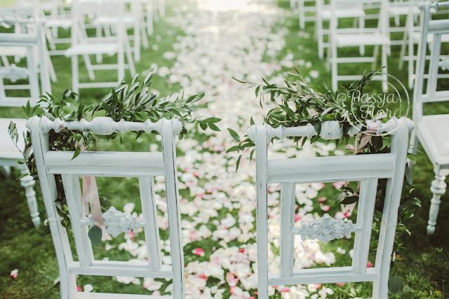 Ślubna alejka wysypana płatkami róż.