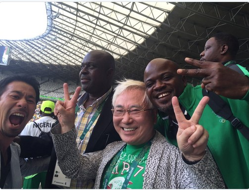 ,Katsuya Takasu the japanese millionaire with the nigeria dream team who he presented with a cheque of $390,000 after winning bronze