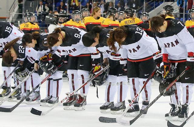 La selección femenil de hockey sobre hielo de Japón hace una reverencia al término de un partido.
