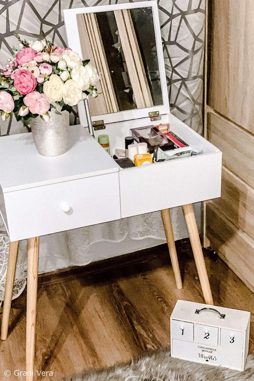 biała-drewniana-toaletka-z-lustrem