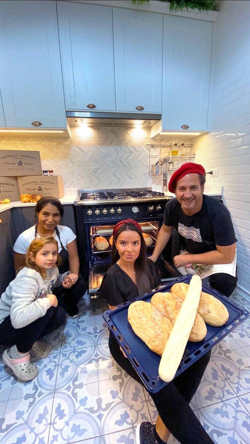 Juan Pablo Sáez hace y reparte pan en cuarentena