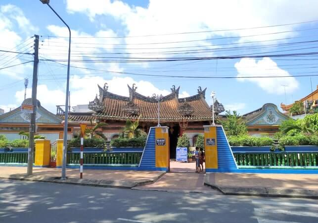 Chùa Kiến An Cung hay chùa Ông Quách nhìn từ bên ngoài