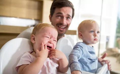 baba me dy fëmijët e tij