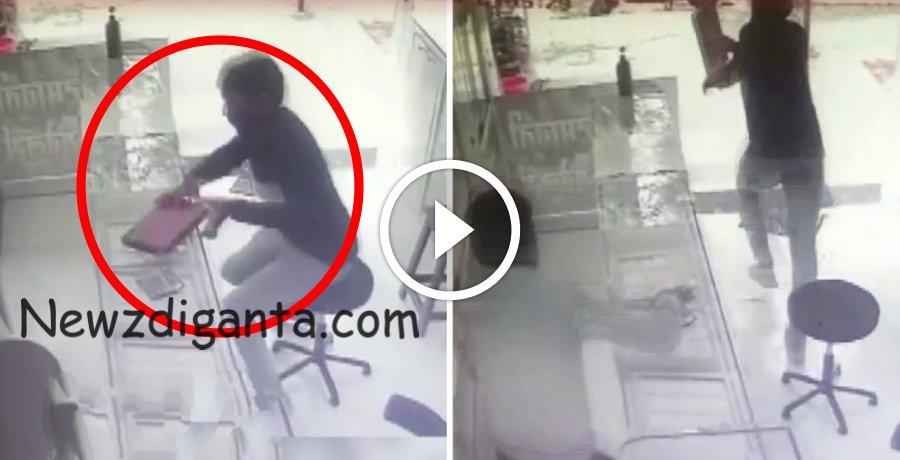 நகை வாங்குவது போல் நடித்து நகை பெட்டியை லாவகமாக திருடி தப்பிச் செல்லும் CCTV காட்சி !