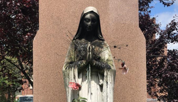 Patung Bunda Maria di Chicago Dicoret Pakai Cat Semprot