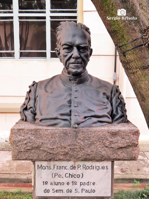 Close-up da Escultura Padre Chico - PUC Campus Ipiranga / Paróquia Imaculada Conceição no Ipiranga - São Paulo