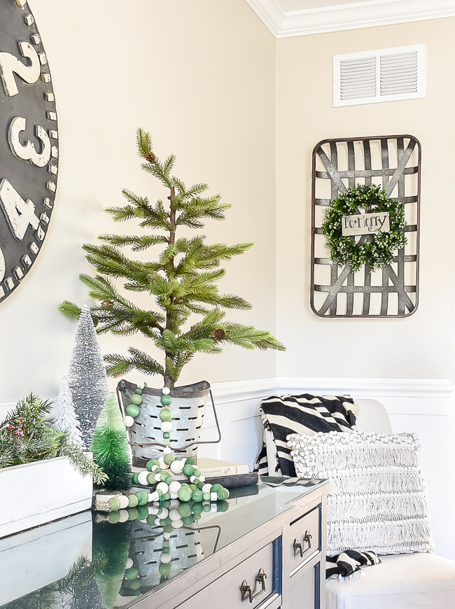 Scandinavian inspired Christmas decor in the dining room