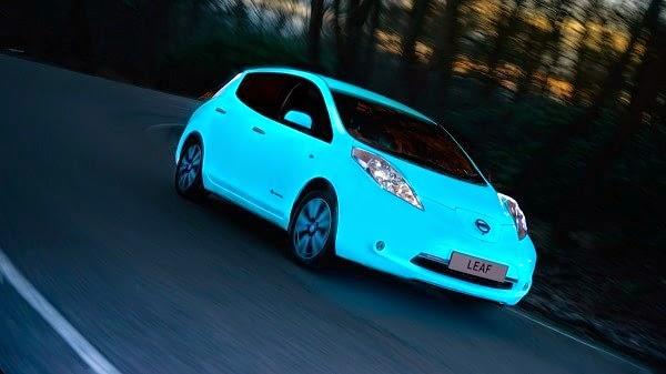 Este Nissan Leaf brilla en la oscuridad (vídeo)