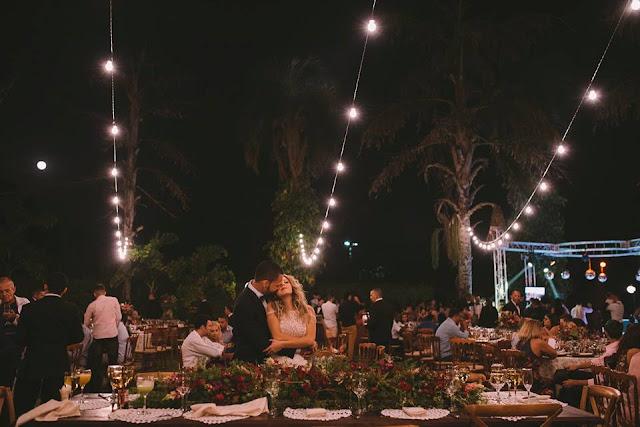 Casamento rústico, casamento real, DIY, marsala, noiva, buquê, marsala, decoração, varal de lâmpadas, casamento a céu aberto, beijo dos noivos, pode beijar a noiva