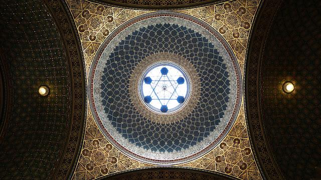 西班牙會堂的天頂充滿幾何的美 這是站在天頂正下方往上拍,黑色的六芒星其實是燭台 站的位置喬很久才讓燭台跟天窗的六芒星重疊 ww