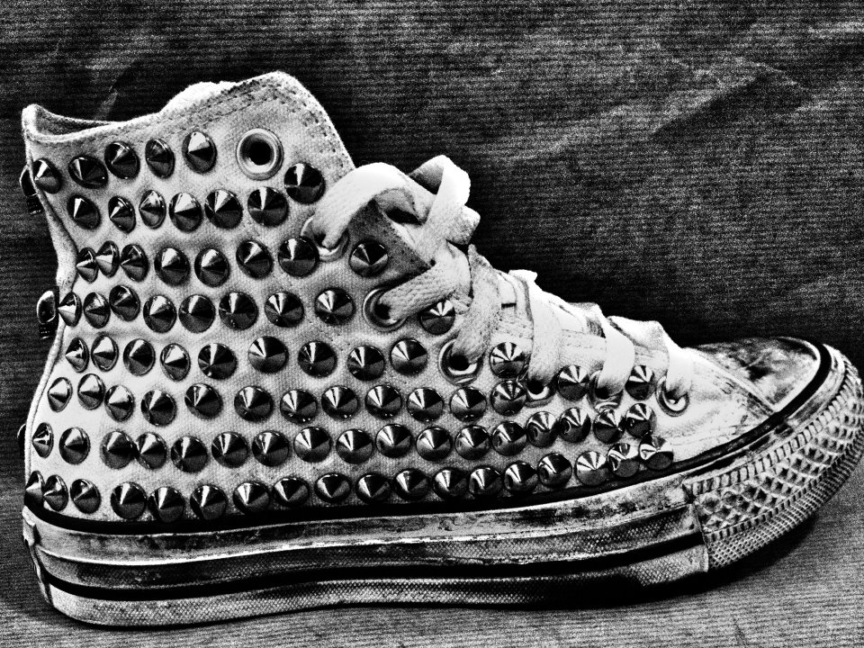 45d5405f58a4 MUFFIN ONLINE  OUR CLASSIC STUDDED CONVERSE IN BLACK AND WHITE