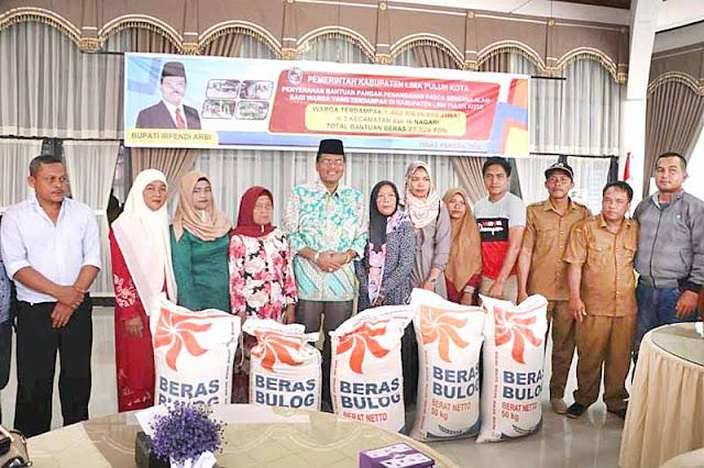 Bupati Irfendi Arbi serahkan bantuan pangan pasca bencana banjir dan longsor kepada masyarakat