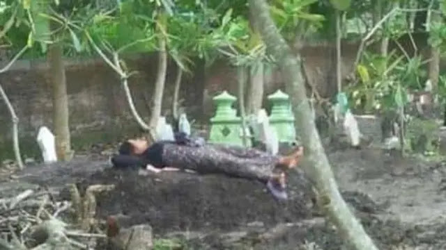 Ya Allah, Ibu Ini Selalu Tidur di Atas Kuburan Anaknya yang Jadi Korban Tabrak Lari