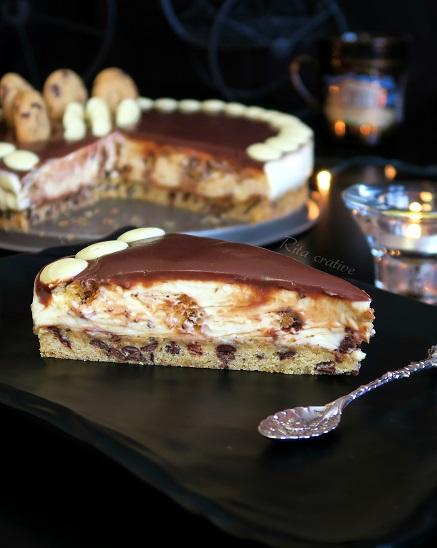 sernik z ciastkami i kawałkami czekolady