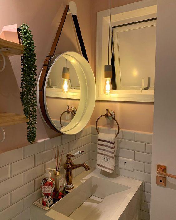 Faça objetos decorativo para sua casa como este espelho com peneira, o  Sunbusrt que pode ser feito com palitos de churrasco, canudos de jornal ou o Adnet que pode ser feito com uma assadeira e um cinto. Eles nunca saem de moda.
