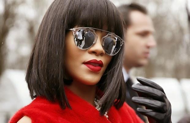 9a1fa023197bd Esse modelo virou febre entre famosas do mundo todo. Já foram vistas usando  a peça Rihanna e as it girls Olivia Palermo, Chiara Ferragni, Thássia  Naves, ...