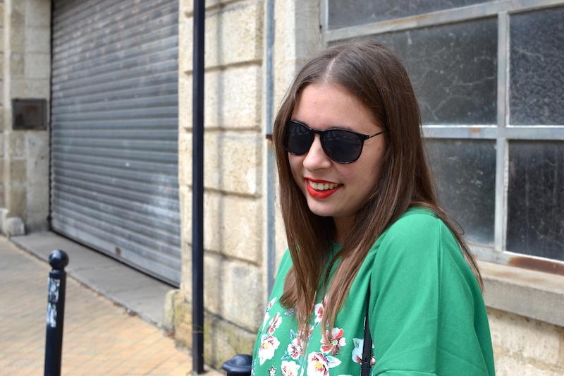 robe verte à fleur Zara et lunette de soleil noire