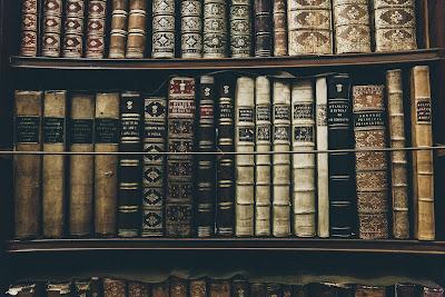 Regał z pułkami pełnymi starych ksiąg