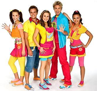Foto de miembros de Hi-5 con ropa colorida