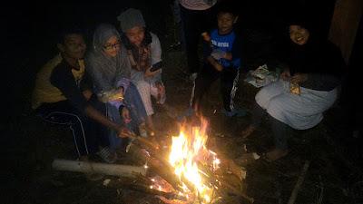 Menikmati api unggun sambil bakar sosis di Papandayan Camping Ground