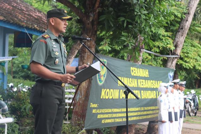Dandim 0410/KBL Kolonel Inf Romas Herlandes menjadi inspektur upacara pada upacara bendera di SMK Negeri 6 Bandar Lampung