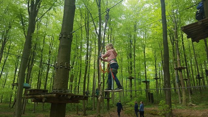 lapsi kiipeilypuistossa