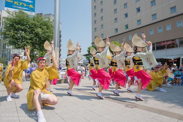 吹鼓連、高円寺駅北口広場での舞台踊りの写真 1