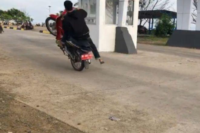 Belasan Pemuda Lakukan Balap Liar di Pelabuhan Bajoe, Ada Motor Berplat Merah - BONE TERKINI