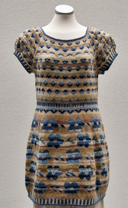 zakardowa sukienka na drutach