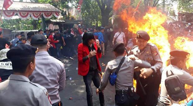 Tiga Polisi Terbakar Saat Jaga Unjuk Rasa Mahasiswa di Cianjur
